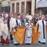 Fatima Wallfahrt Höchberg, Priester tragen Monstranz