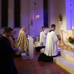 Oremus Gebetsabend in Heiligenkreuz; Priester und Ministranten knien vor der Monstranz